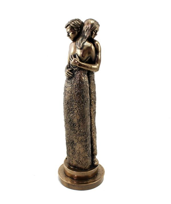 A ghrá mo chroí bronze statue of lovers embracing